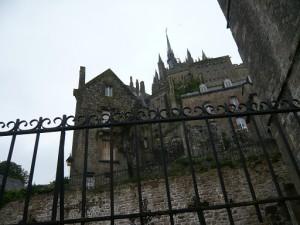 サン・ピエール教会出口から望む修道院