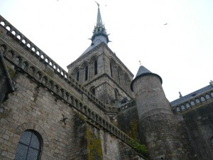 修道院入口階段から見た尖塔