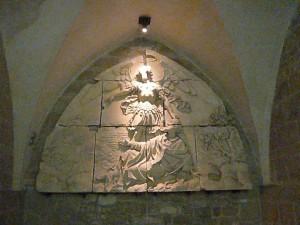 大天使ミカエルと司教オベールのレリーフ