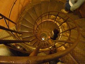 凱旋門内部螺旋階段(下り)