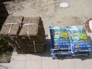 マット芝の束と肥料入りの床土・目土