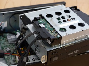 SX2850-H52E/LのHDDにSATA-USB変換ケーブルをつないだの図1